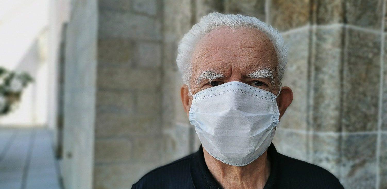 Hombre mayor con mascarilla